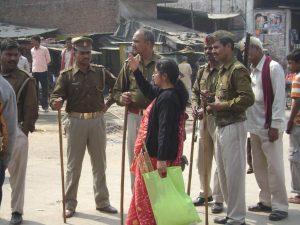 Shruti, Lenins Frau, diskutiert mit der Polizei.