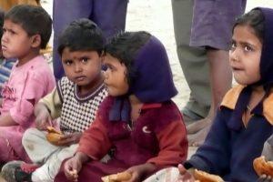 Kids bei der Essensausgabe zu Mittag